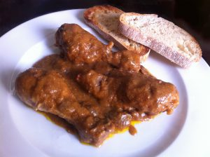 pollo en salsa con champiñones